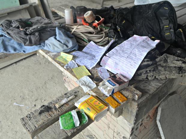 Suspeitos deixou mochila com orações em empresa que invadiu  (Foto: Anny Barbosa/G1)