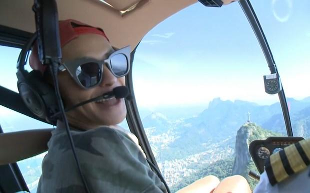 Pabllo voando de helicóptero