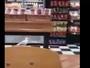 Cliente filma gaivota roubando salgadinho em loja na Inglaterra