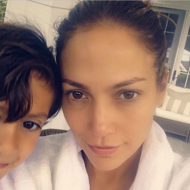 A cantora e atriz Jennifer Lopez (e um pedacinho do rosto do filho dela, Maximilian David). (Foto: Instagram)