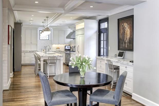 A sala de jantar tem espaço para um pequno home office (Foto: Reprodução)