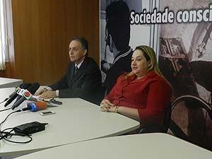 Delegados Samuel Barreto e Ravênia Márcia se pronunciam sobre esquema de venda de CNHs. (Foto: Caroline Aleixo/G1)