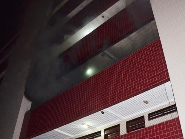 Incêndio deixou apartamento destruído e causou pânico entre moradores de prédio em João Pessoa (Foto: Walter Paparazzo/G1)