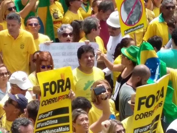 Líder do DEM na Câmara, Mendonça Filho, caminha entre manifestantes, no Recife (Foto: Katherine Coutinho / G1)