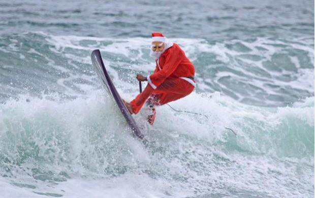 Carlos Bahia surfa vestido de Papai Noel em Maresias (Foto: Jorge Mesquita / Divulgação)