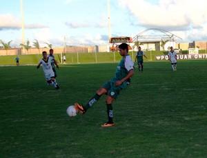 Felipe Alves, atacante do Alecrim; Renatinho Potiguar, lateral-esquerdo do Globo FC (Foto: Canindé Pereira)