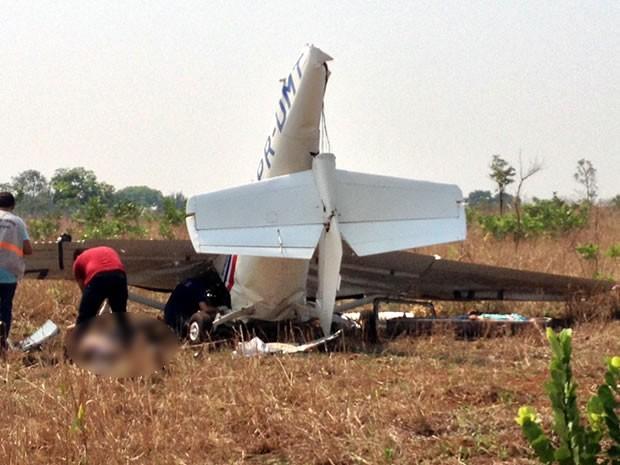 Acidente de avião em pista de pouso particular mata duas pessoas em Mato Grosso (Foto: Sirlei Alves/TVCA)