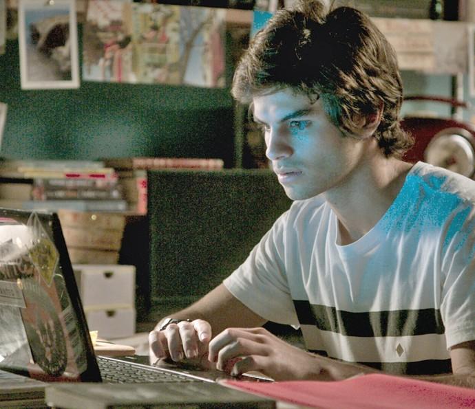 Fabinho vê as imagens no computador de Leila (Foto: TV Globo)