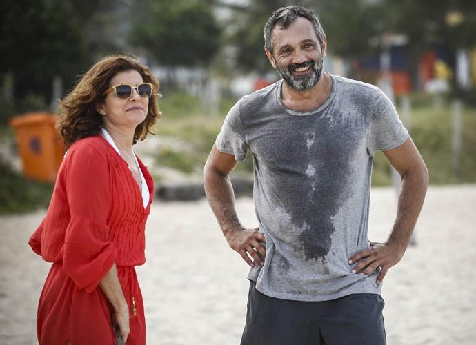 Débora Bloch e Domingos Montagner gravaram na praia (Foto: Raphael Dias/Gshow)