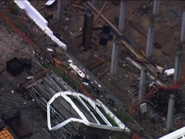 Pedaço da estrutura caiu sobre área onde ficará o gramado. (Foto: Reprodução/TV Globo)