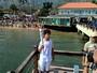 Com trajeto em terra e mar, tocha olímpica passeia por Ilhabela