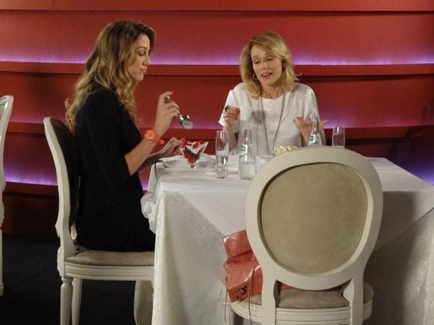 Ju não consegue mais esconder e assume para a Vânia que está gamada em Nando (Foto: Guerra dos Sexos / TV Globo)