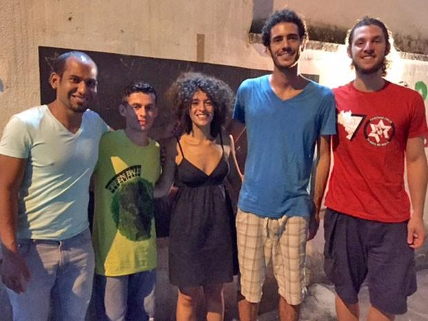 """Professores e voluntários do projeto """"Abraço Cultural' (Foto: Káthia Mello/G1)"""