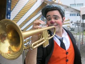 Rodrigo aprendeu a tocar instrumentos musicais para ajudar em seus shows (Foto: LG Rodrigues / G1)