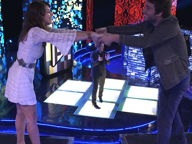 Jonas anuncia Manu e Davi como vencedores do CGB, e o casal comemora de mãos dadas (Foto: Parker TV)