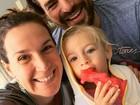 Thiago Lacerda e Vanessa Lóes fazem selfie com a filha mais nova