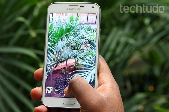 Câmera do Galaxy S5, de 16 megapixels, grava vídeos em 4K (Foto: Luciana Maline/TechTudo)