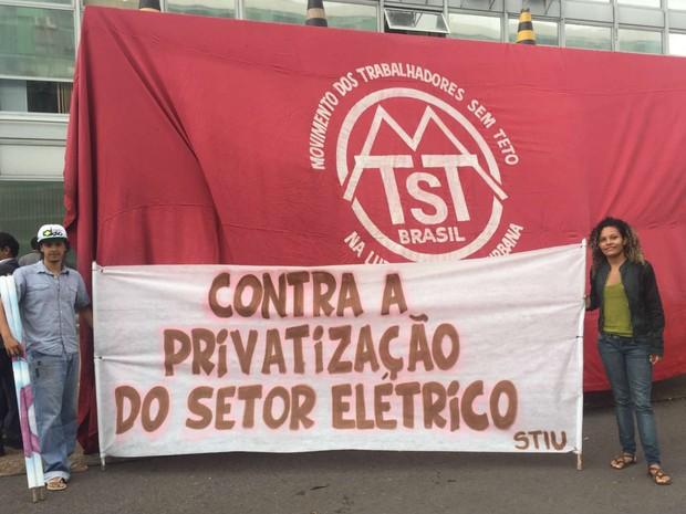 Faixas estendidas durante ocupação do Ministério de Minas e Energia, em Brasília, nesta terça (12) (Foto: Jéssica Nascimento/G1)
