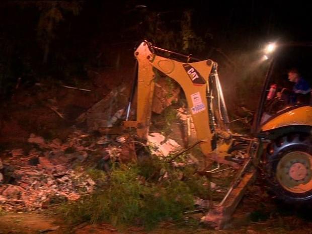 Homem ficou debaixo dos escombros de casa em Cariacica, Espírito Santo. (Foto: Reprodução/TV Gazeta)