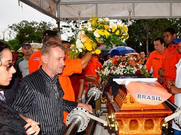 Enterro do bombeiro militar Eduardo Santos Góes em Feira de Santana, Bahia (Foto: Ed Santos/Acorda Cidade)