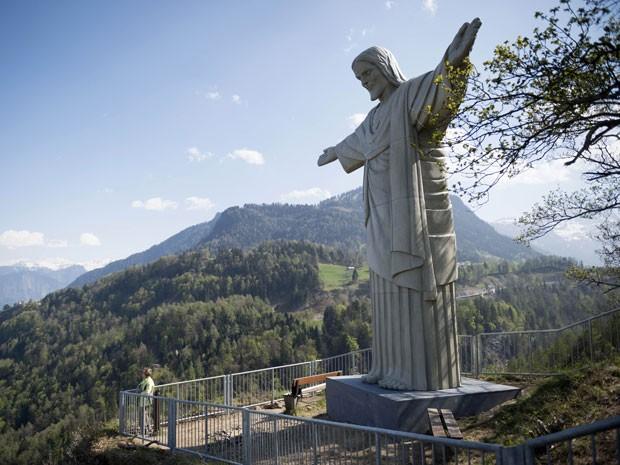 A estátua 'Cristo', inspirada no Cristo Redentor do Corcovado, foi colocada na cidade de Bad Ragaz, na Suíça, para um evento de arte (Foto: Gian Ehrenzeller/Keystone via AP)