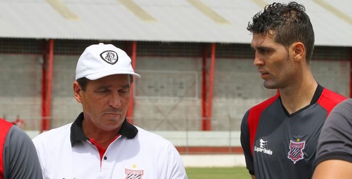 Zagueiro Gian, do Paulista, conversa com o técnico Giba (Foto: Paulista / Divulgação)