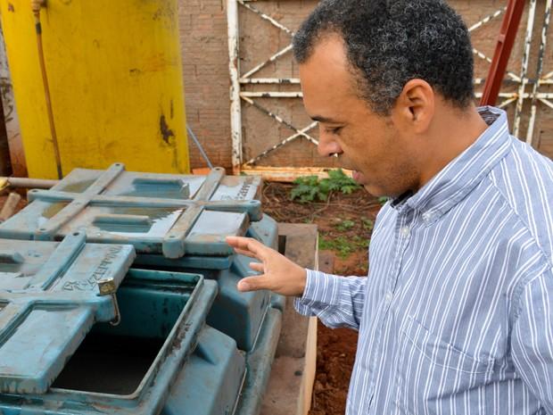 Empresário Paulo César Fernandes mostra o funcionamento da miniestação de tratamento de água (Foto: Anderson Viegas/Do Agrodebate)