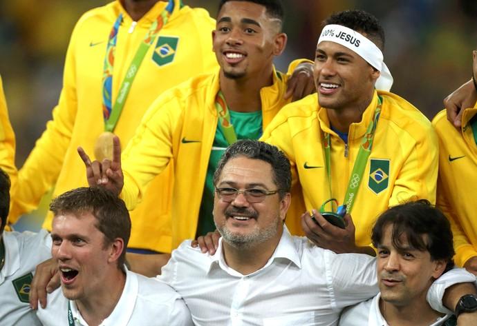 Micale e Neymar, Medalha de ouro (Foto: Agência Reuters)