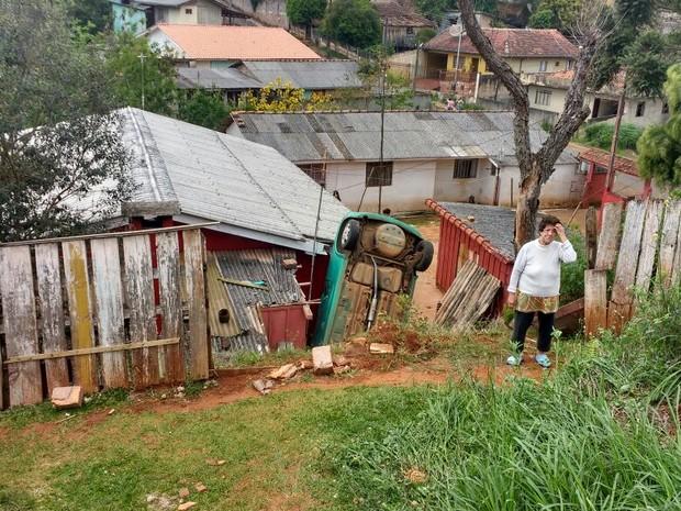 Carro desgovernado atingiu casa em Ponta Grossa (Foto: Arquivo pessoal)