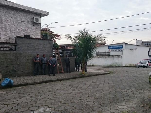 Policiais cercam casa próximo à escola de São Vicente (Foto: Guilherme Lucio / G1)