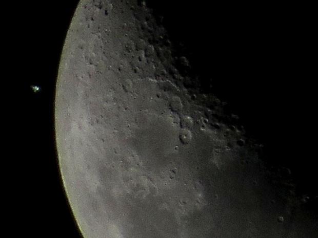 Estação ao lado da lua na noite desta segunda-feira (5) (Foto: Leonardo Caldas/Acervo pessoal)