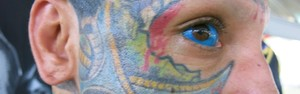 Evento tem homem com olho tatuado de azul (Mariane Rossi/G1)