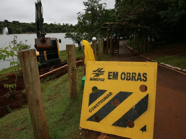 Placas alertando sobre as obras na margem direita do Lago Municipal de Cascavel serão colocadas no local (Foto: Prefeitura de Cascavel / Divulgação)