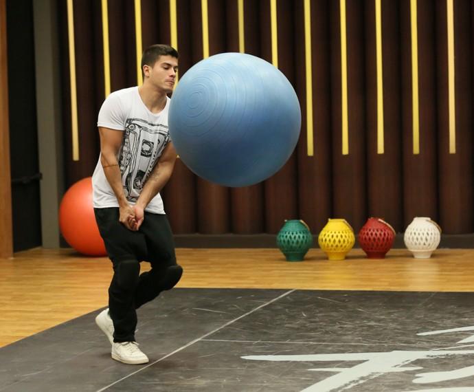 Arthur Aguiar aquece com bola no ensaio (Foto: Isabella Pinheiro / Gshow)