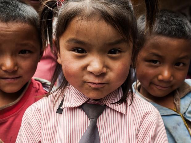 Crianças de uma escola na Vila Patle, um dos locais afetados pelo terremoto (Foto: Rafael Saes/Divulgação)