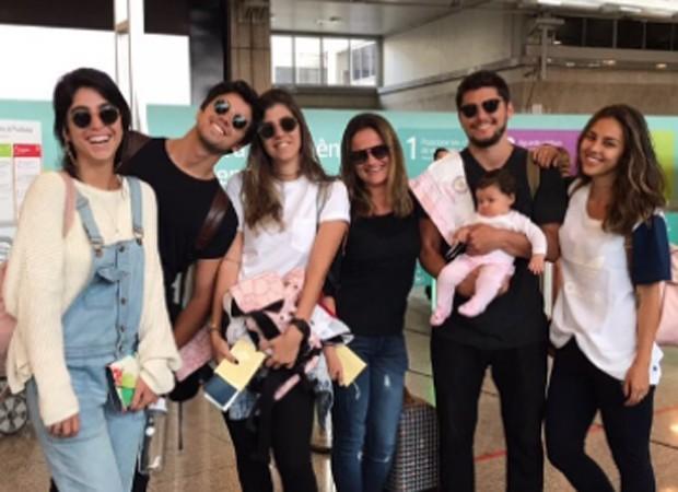 Bruno Gissoni e Yanna Lavigne viajam com a filha, Madalena, e grupo de amigos (Foto: Reprodução/Instagram)