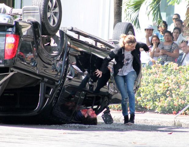 Carol Duarte e Gabriel Stauffer gravam cena de acidente em 'A Força do Querer' (Foto: AgNews)