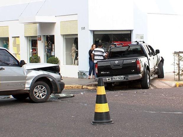 Caminhonete não teria respeitado a preferencial em cruzamento de Cuiabá. (Foto: Reprodução/TVCA)
