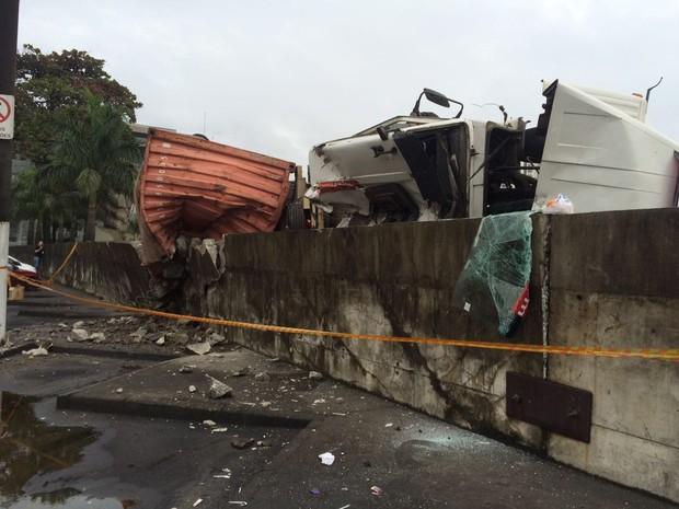 Acidente aconteceu na manhã desta quarta-feira (22) (Foto: Carlos Abelha/G1)