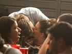Isis Valverde beija muito na noite carioca