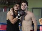 Caio Castro e Maurício Destri gravam cenas de luta; confira fotos exclusivas