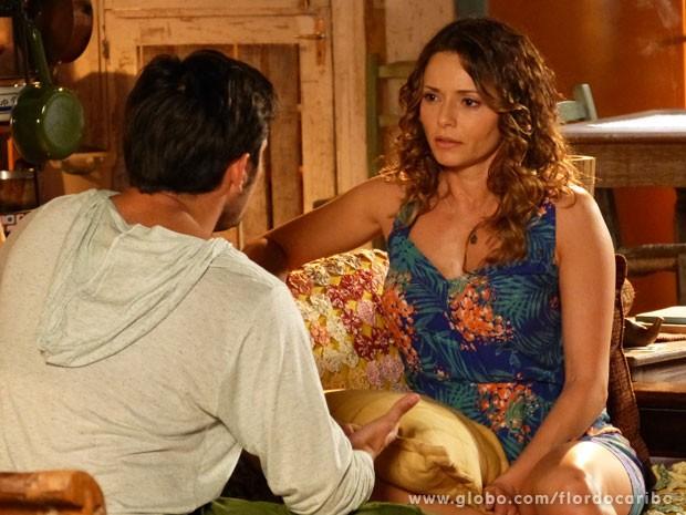 Doralice não esconde o choque ao saber da gravidez (Foto: Flor do Caribe / TV Globo)