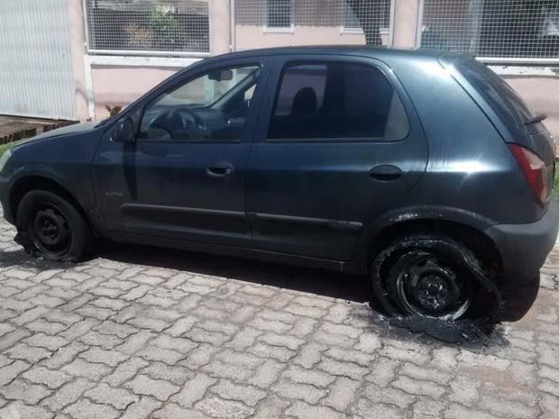 Carro ficou com rodas destruídas ao pegar fogo depois que cabo de alta tensão caiu sobre ele (Foto: Isabella Calzolari/G1)