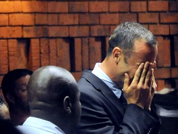 Pistorius chora nesta sexta-feira (15) durante audiência que o acusou formalmente pela morte de sua namorada. (Foto: Antoine de Ras/ AFP)