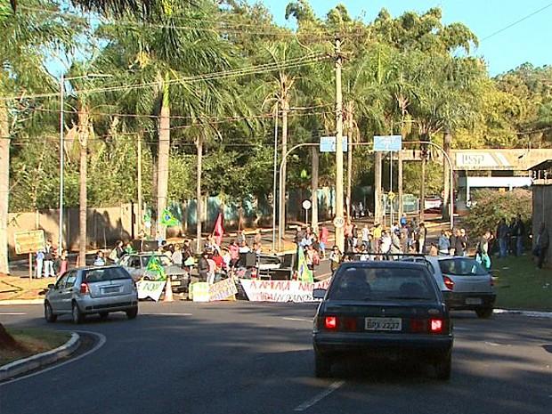 Grevistas bloquearam entrada do campus da USP na Avenida do Café, em Ribeirão Preto (Foto: Paulo Souza/ EPTV)