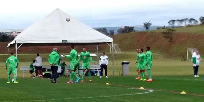 jogadores no treino da Argélia (Foto: Natália de Oliveira)