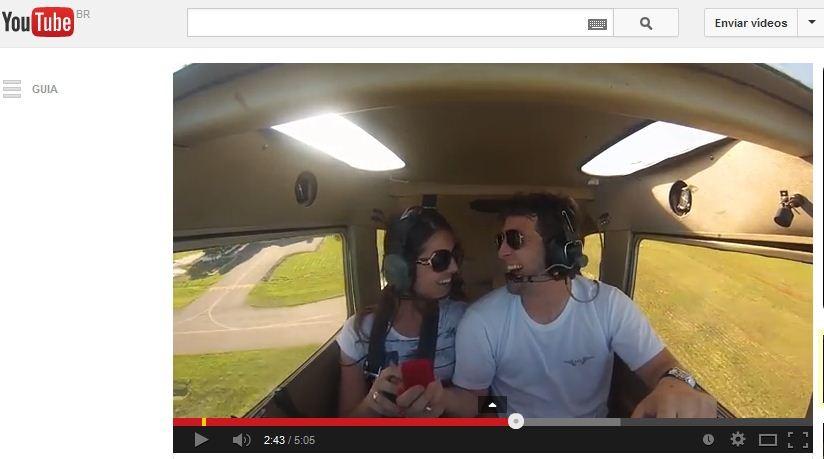 Arthur pediu a namorada em casamento durante um voo em dezembro (Foto: Reprodução/YouTube)