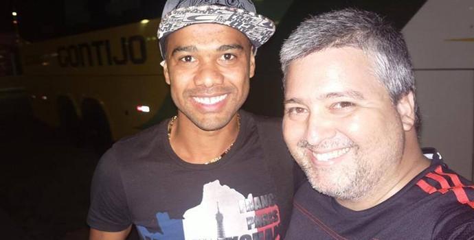 Osvaldir desembarcou nesta segunda, em Valadares e foi recebido pelo empresário Bruno Romero da BRX Sports. (Foto: Divulgação/Bruno Romero)
