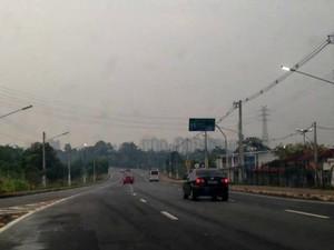 Na Avenida das Torres, via de acesso da Zona Norte à Zona Leste, também estava sob fumaça (Foto: Andrezza Lifsitch/G1 AM)