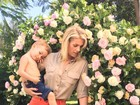 Ana Hickmann posa com o filho no jardim de casa para nova coleção